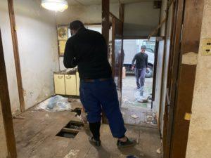 床の抜けてしまったゴミ屋敷